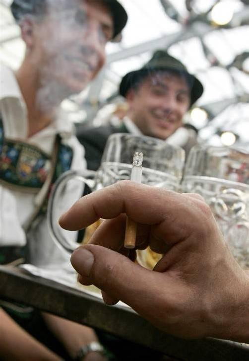 Die Bayern haben sich in einem Volksentscheid für rauchfreies Feiern entschieden. Gequalmt wird auch auf dem Oktoberfest nicht mehr. Foto: DPA