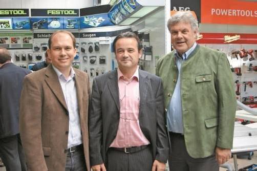 Die Bürgermeister Peter Neier (l.) und Mandi Katzenmayer (r.) ließen sich von Geschäftsführer Walter Zimmermann durch den Betrieb führen.