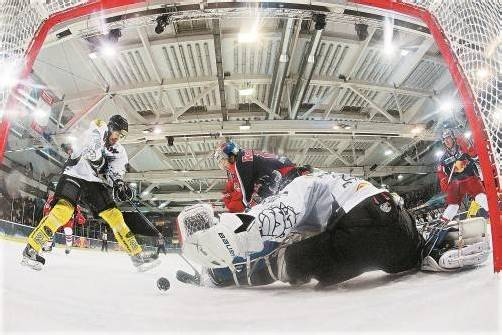 Die Bulldogs lieferten in Salzburg eine Abwehrschlacht – im Bild David Slivnik (l.) und Goalie Patrick DesRochers gegen Ryan Duncan. Foto: RB
