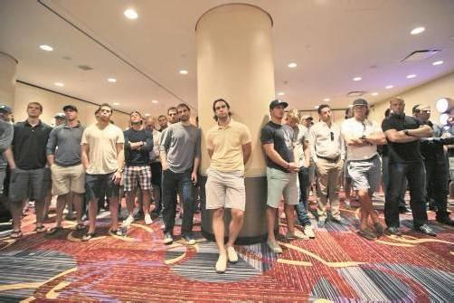 Die Eishockeyprofis lauschen in New York den Worten von NHL-Ligachef Gary Bettman. Foto: ap