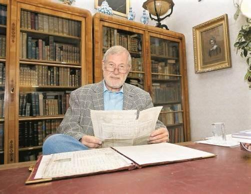 Die Möbelstücke sind teilweise über 200 Jahre alt, in Wolfgang Purruckers Schränken finden sich Bücherschätze aus vergangenen Tagen.