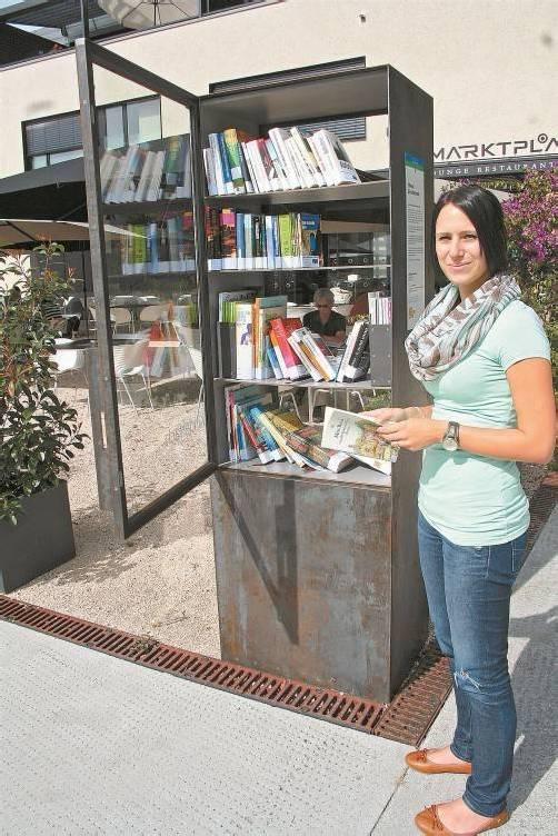 Die Rankweiler haben ihren öffentlichen Bücherschrank gleich neben das Café am Marktplatz gestellt. Foto: VN/Matt