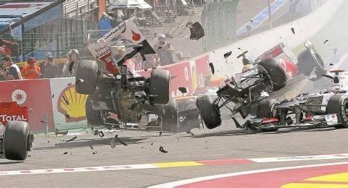 Die Schlüsselszene in Spa war der Horrorcrash nach dem Start: Mit Fernando Alonso (links) und Lewis Hamilton (rechts oben) schieden gleich zwei Topfahrer in der WM-Wertung aus. EPA
