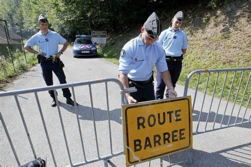 Die Straße zum Tatort ist immer noch gesperrt – weder Autos, Radfahrer noch Fußgänger dürfen passieren. Foto: REUTERS