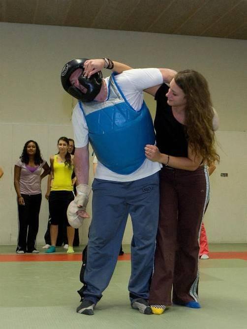 Die Teilnehmerinnen lernen Abwehrtechniken. Foto: vn/Paulitsch
