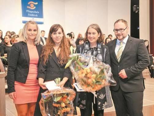 """Die Zeit des """"Büffelns"""" ist vorbei: 40 Krankenpfleger(innen) erhielten kürzlich ihre Diplome. Foto: SM"""