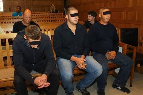 Die drei Fußball-Fans mussten am Mittwoch auf der Anklagebank Platz nehmen. foto: vn/hofmeister
