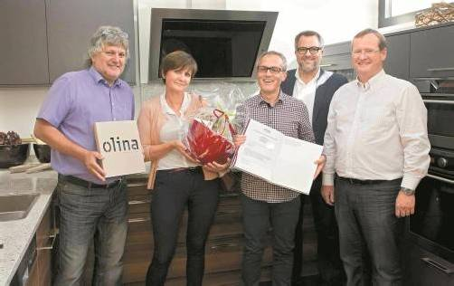 Die glücklichen Gewinner Helga und Marboth Konzett mit den olina-Geschäftsführern Erwin Dobler (l.) und Thomas Prugger (r.) sowie VN-Chefredakteur Christian Ortner. Foto: VN/paulitsch