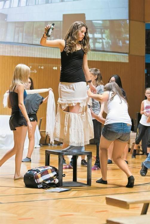 """Die jungen Darsteller von """"fluh groovaloos!"""" setzen mit ihrem Musical ein Zeichen gegen Mobbing und Ausgrenzung. Fotos: vn/P. steurer"""