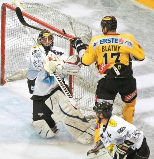 Dornbirn-Goalie Patrick DesRochers war der beste Mann auf dem Eis, er hielt sein Team mit einigen tollen Paraden im Spiel. Foto: diener