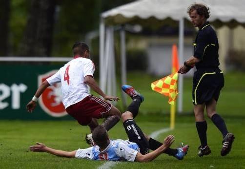 Einen schweren Stand hatten die Kicker im Harder Waldstadion. Foto: vn/Stiplovsek