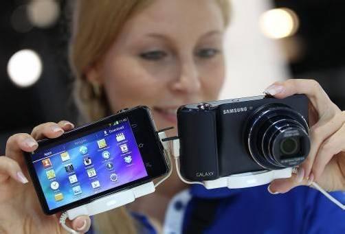 Einer der Trends auf der Photokina 2012: Smartphones, die mit der Kamera verknüpft werden können. Foto: dpa