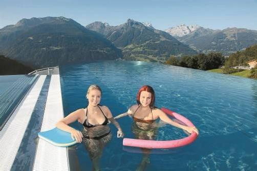 Einzigartiger Ausblick vom neuen Sky-Pool in die Montafoner Bergwelt. Foto: mez