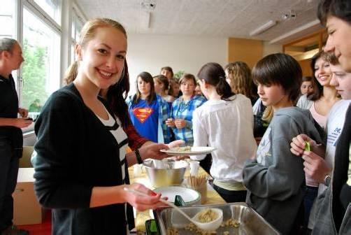 Essen an der Schule: Immer mehr Bildungsanstalten bieten auch gesunde Mahlzeiten an. Foto: L. FElder