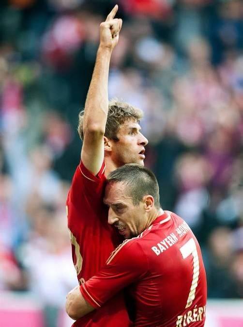 Franck Ribéry feiert den zweifachen Torschützen Thomas Müller.