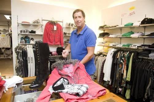 Franz Alton führt seit 1980 das Schuh-, Mode- und Sporthandelsgeschäft in Altenstadt. Fotos: b. rhomberg
