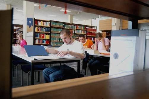 Fürs Studieren bleibt weniger Zeit als noch vor Jahren. Viele Studenten müssen heute arbeiten. Foto: apa