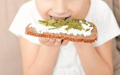 Gesunde Ernährung statt Fast Food: Eltern sollten ihren Kindern ein  Vorbild sein. foto: fotolia