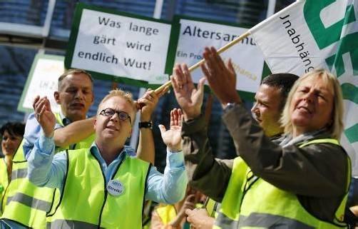 Gewerkschaftschef Nicoley Baublies streikte gestern mit den Flugbegleitern der Lufthansa 24 Stunden lang. Foto: apa