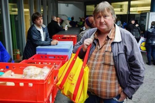 """Hans Frühwirth holt sich seine Lebensmittel ab: """"Das sind die besten Therapiestunden für mich."""" Manchmal wirft er einen Euro ins Kässele. Immer gelingt ihm das nicht. Fotos: VN/Hartinger"""