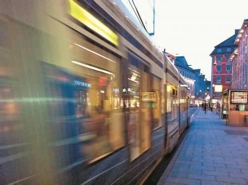 Im Hintergrund alarmte eine Straßenbahn, wodurch er einen Moment lang, in Erwartung eines Unfallgeschehens abgelenkt, fast auf den an der Gehsteigkante platzierten Hut getreten wäre. Fotos: Rainer Juriatti, Eva Itzer