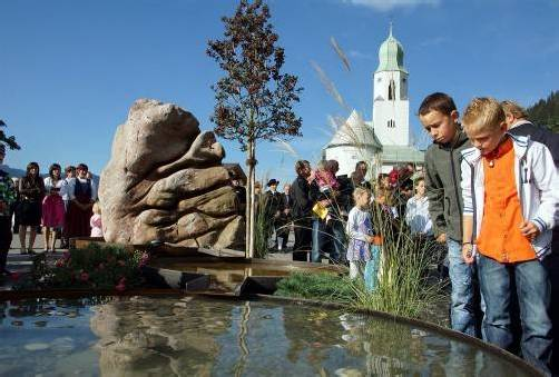 """In Fontanella im Großen Walsertal wurde am Ortseingang ein neuer Dorfbrunnen als """"Lebensquell"""" errichtet. Foto: Hronek"""