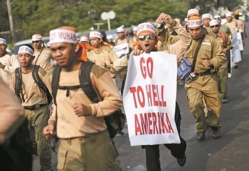 In Indonesien gingen heute die Proteste gegen den Anti-Islam-Film vor der US-Botschaft in Jakarta weiter. Foto: EPA