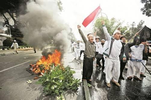 In Indonesien protestierten gestern Muslime vor der US-Botschaft in Jakarta. Mindestens ein Polizist wurde dabei verletzt. Foto: EPA