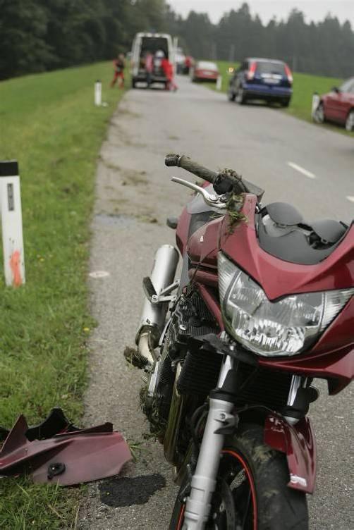 In Möggers Weienried kam es am frühen Sonntagabend zu einem Motoradunfall. Ein 48-jähriger deutscher Motorradlenker aus Heimenkirch war mit seiner Suzuki Bandit ins Schleudern geraten, konnte die Maschine nicht mehr stabilisieren und fiel in weiterer Folge in eine angrenzende Wiese. Ein durchgeführter Alkotest war positiv, der Mann hatte einen Promillegehalt von XXX. Der 48-jährige wurde vom Notarzthubschrauber mit Verletzungen unbestimmten Grades ins LKH nach Bregenz geflogen.