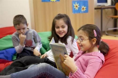 In der Ganztagsklasse der VS Schendlingen bleibt zwischendurch Zeit für die Leseecke. Foto: VN/paulitsch