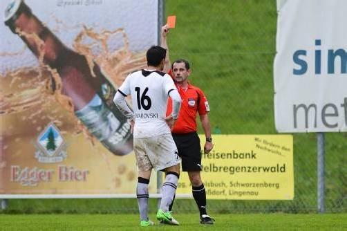 Florian Buchacher wird von SR Mario Weghofer des Feldes verwiesen.