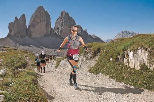 Julia Rützler vor der beeindruckenden Kulisse der Drei Zinnen – die Anstrengungen der hochalpinen Etappen waren enorm. Fotos: sportograf