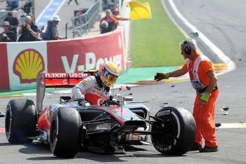 Konnte zum Glück heil aus seinem Rennauto steigen: McLaren-Pilot Lewis Hamilton. Foto: epa