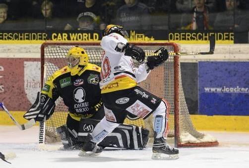 Lustenau-Goalie Mattias Fritz (Bild) zeigte einige Unsicherheiten – Ex-EHC-Goalie Bernhard Bock hielt bei der VEU stark. VN/Stiplovsek