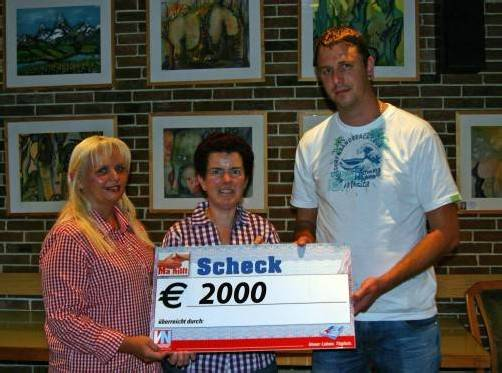 Manuela Metzler und Maria Birnbaumer (v. l.) überreichen 2000 Euro an Daniel Bereuter, den Vater des schwer kranken Emilian. Foto: VN/Schwald