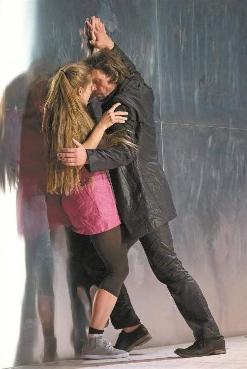 Mephisto wird zu Faust: Stefan Maaß mit Alexandra Maria Nutz (Gretchen) am Vorarlberger Landestheater. Foto: VN/Steurer