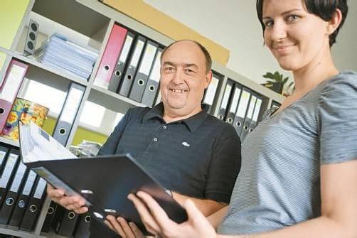 Michael Bale mit Sonja Tiefenthaler im Büro. Sie absolviert die Doppellehre als Malerin und Bürokauffrau. Foto: vn/hartinger