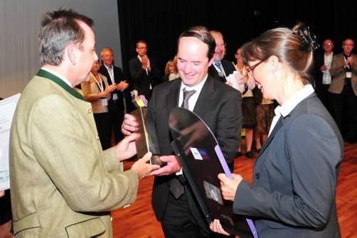 Minister Niki Berlakovich überreicht Bürgermeister Stefan Schmid den Europäischen Dorferneuerungspreis. Fotos: ak