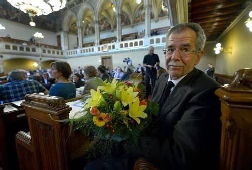 Mit Blumen willkommen geheißen: Alexander van der Bellen. Foto: apa