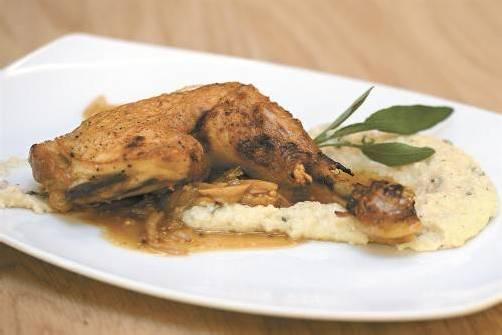 Mit Salbei verfeinertes Riebl-Polenta als Beilage zur Hühnerkeule. Fotos: Stiplovsek