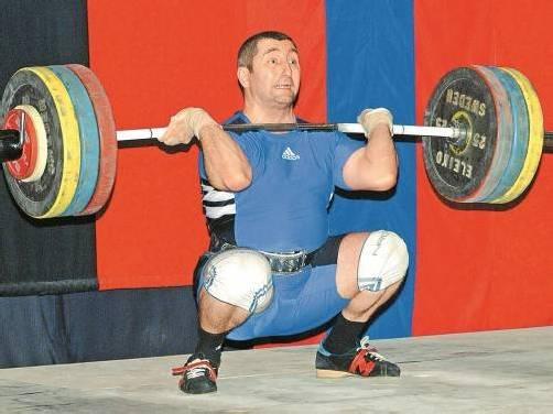 Mit einer Zweikampfleistung von 325 Kilogramm holte sich Sultan Aliev die Goldmedaille bei der Masters-WM in der Ukraine. Foto: Privat
