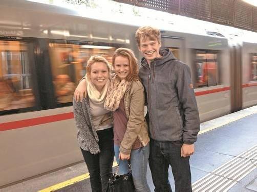 Stefanie Burtscher (l.), Harriet Burtscher und Andreas Moosbrugger genießen den Luxus der U-Bahn in Wien.