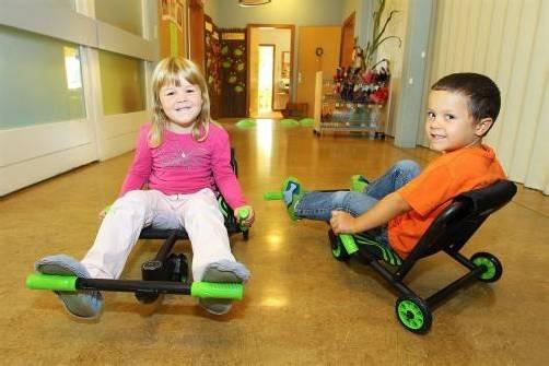 """Paula und Tim genießen ihre """"Racer"""". Bewegung gibt es für sie überall. Fotos: VN/Hofmeister"""