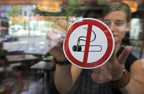 Je weniger Möglichkeiten es zum Rauchen gibt, umso geringer der Anreiz, schlussfolgern Fachleute. dpa