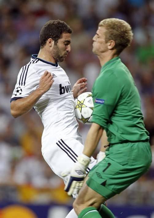 Reals Gonzalo Higuain (l.) gegen City-Torhüter Joe Hart. Fotos: ap/2