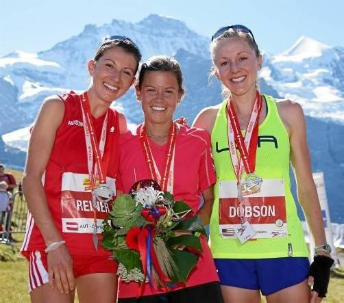Sabine Reiner (l.) durfte sich an der Seite von Siegerin Stevie Kremer (USA) und Kim Dobson (USA/Drittplatzierte) über Silber bei der Langdistanz-Berglauf-Weltmeisterschaft freuen. Fotos: R. Steinegger, A. Mettler