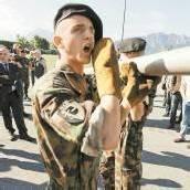 Schweizer gehen auf Distanz zur Wehrpflicht