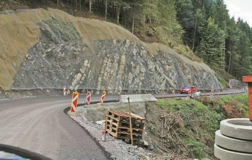 Sind bereits mit einer Tragschicht versehen: zwei Drittel der Ausbaustrecke auf der Raggaler Straße. Foto: sg