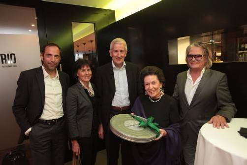 Stadtmanager Edgar Eller (l.) mit Bürgermeister Wilfried Berchtold und Sabine sowie mit Eigentümer Jörg Thurnher und Mutter Elfi. Fotos: AME
