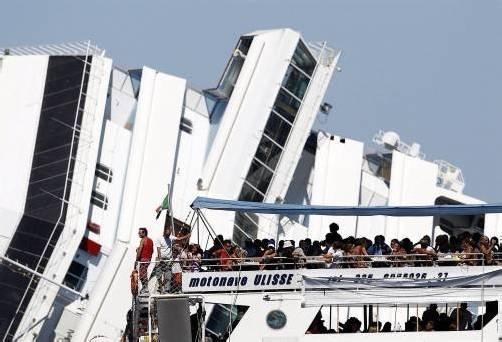 Touristenattraktion: Das havarierte Kreuzfahrtschiff vor der Insel Giglio. Foto: Reuters